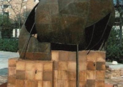 Fuente con escultura. Calle San Jenaro. Madrid